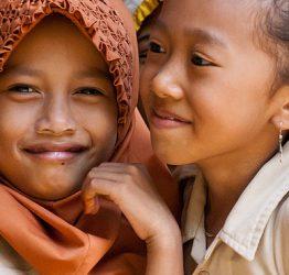 Glada skolflickor från en by nära Rembang i Indonesien