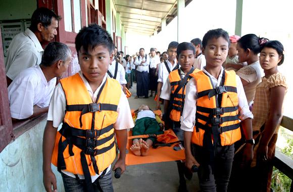 Skolbarn från Burma deltar i förebyggande övningar