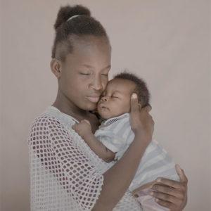 Angelica med sitt lilla barn. Foto: Pieter ten Hoopen
