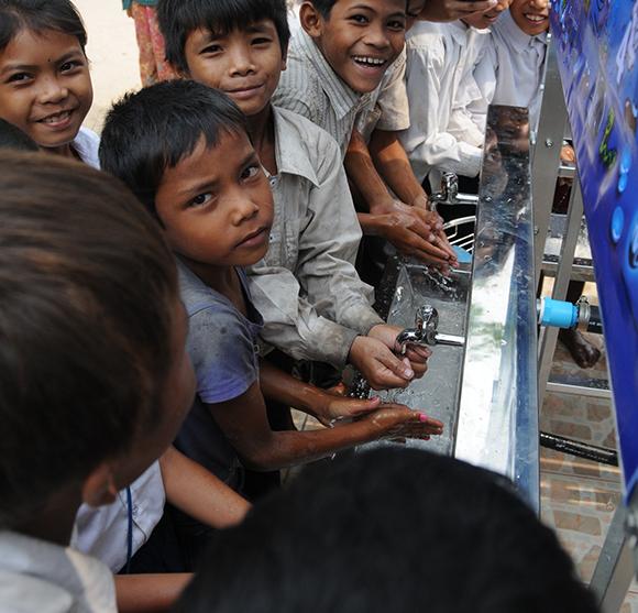 Skolbarn tvättar händerna