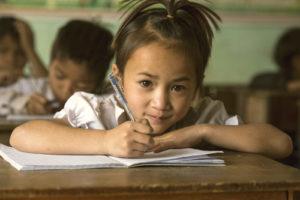 Vietnamesisk flicka i skolan