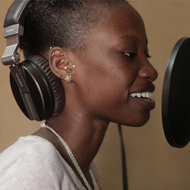 Ung tjej sjunger i Studio Timbuktu.