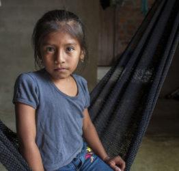"""""""Jag är glad över att vara tjej för jag gillar inte att gå ut. Min pappa behandlar oss alla lika. När jag blir rädd för honom drar jag mig undan. Jag litar mer på mamma, jag önskar att hon vore glad, säger Tanya, sju år från Ecuador."""