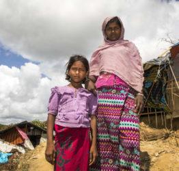 Laila, 18 år, tar med kusinen Munaza till toaletten i flyktinglägret i Bangladesh.