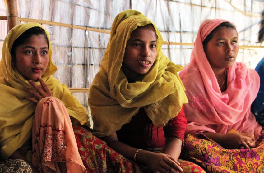 Tonårsflickor i ett Rohingyaläger