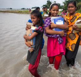 Under en pågående kris hindras många barn från att gå i skolan.