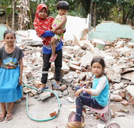 Barn leker vid rasad byggnad.