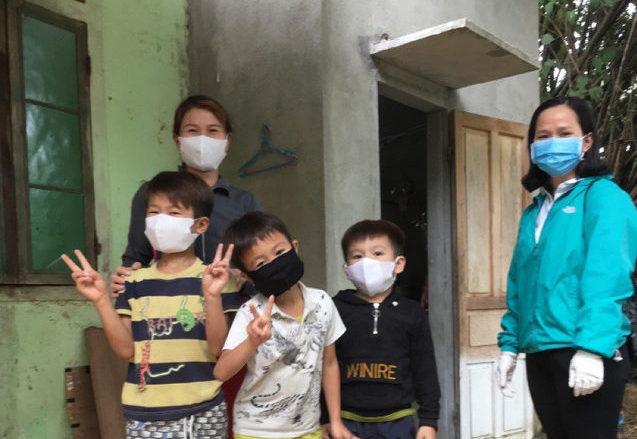 Barn med munskydd i Vietnam