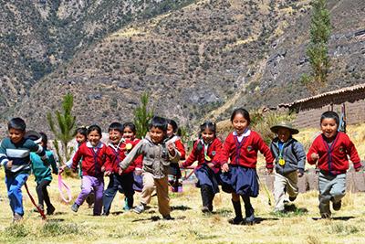 Springande barn i Cusco, Peru