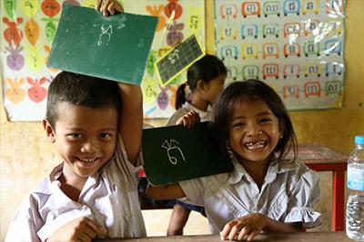 Skolpojke och skolflicka i Kambodja