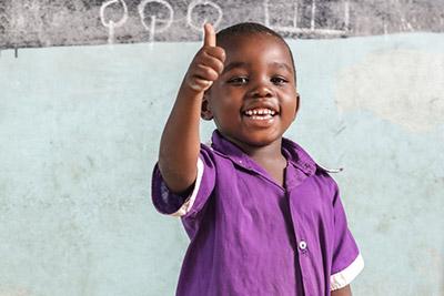 Glad skolpojke från Kibaha-distriktet i Tanzania