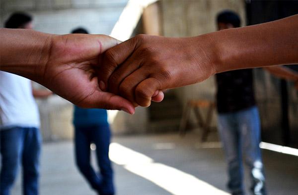 Två händer håller i varandra