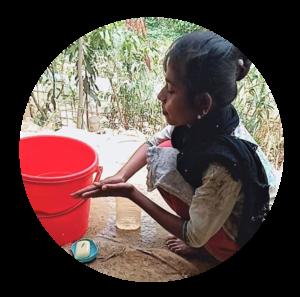 Kawsara tvättar händerna i flyktingläger i Bangladesh
