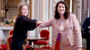Fanny från ungdomsrådet med utrikesminister Ann Linde